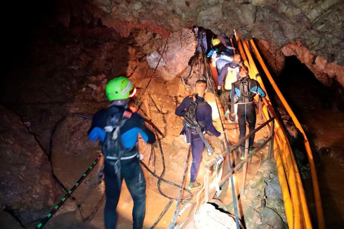 Thaise reddingswerker in een droog deel van de grot. De verwachte regen zou de toegang echter weer onder water kunnen zetten, waardoor de terugkeer wordt bemoeilijkt