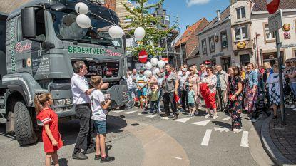 Kermisstoet wordt pakkend eerbetoon aan Kevin Braekevelt: Mauro (11) en Zita (8) laten ballonnen op ter ere van hun papa