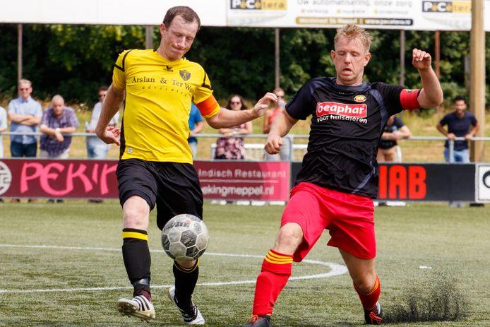Jesper Harmens (rechts) stopt met voetballen.