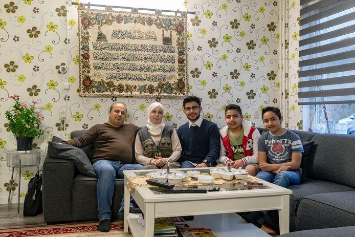De Syrische familie Nezam is thuis in Roosendaal. V.l.n.r. vader Muhannad, moeder Manal en de zoons Louai (18), Ghaith (14) en de 12-jarige Rateb.