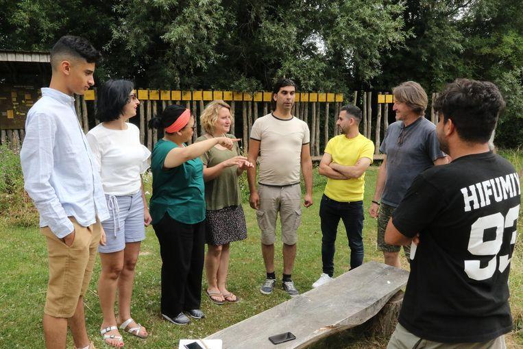 Een groepje toneelspelers repeteert een stuk voor het festival.