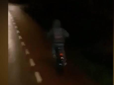 Westlandse vrachtwagenchauffeur waarschuwt met filmpje: 'Zonder licht zien we je echt niet'