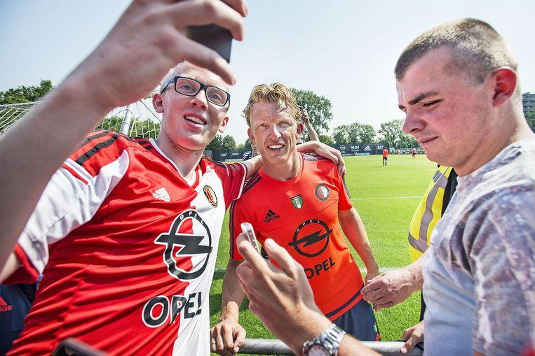 Na zijn eerste training gaat Dirk Kuijt met tientallen fans op de foto. Beeld Guus Dubbelman/de Volkskrant