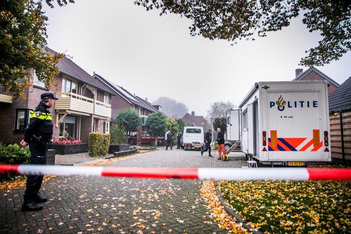 In een woning aan de Julianalaan in Hengelo (Gelderland) zijn maandagochtend twee doden aangetroffen.