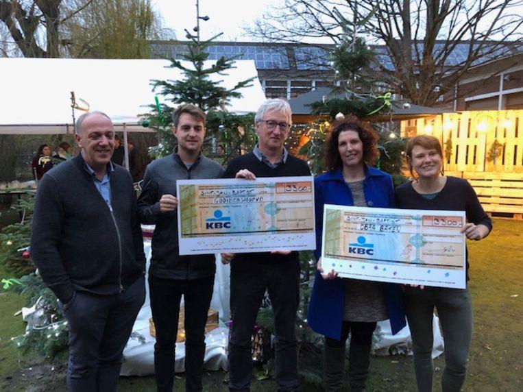 Didier Moray, de nieuwe algemeen directeur van Sint-Jan Baptist, mocht beide cheques overhandigen tijdens de jaarlijkse kerstmarkt van Sint-Jan Baptist.