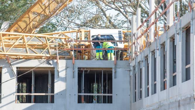 Dertig meter hoge torenkraan valt op werf in Kruisem: kraanman gewond, speurhonden zoeken naar mogelijke andere slachtoffers