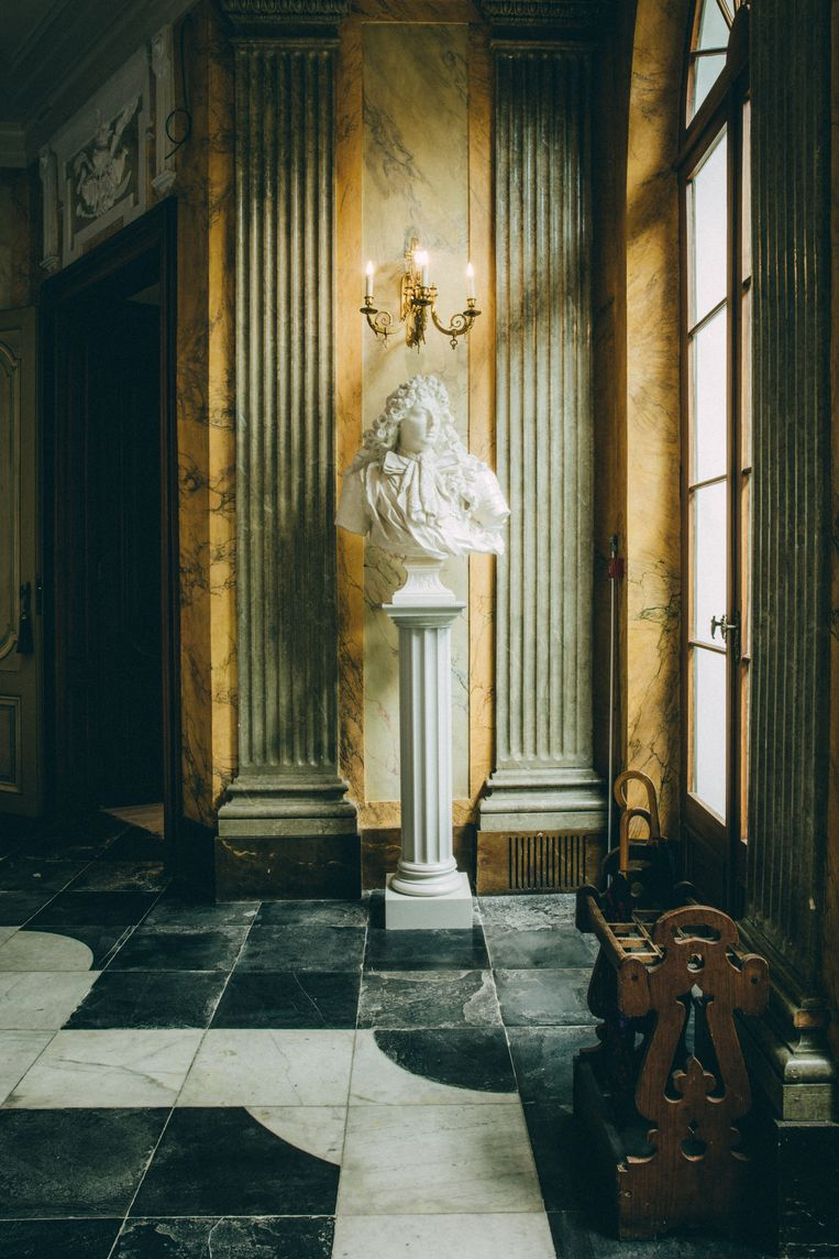 Een standbeeld in de vestibule.