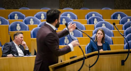 Hanke Bruins Slot (r) tijdens het debat over de visie op de toekomst van Defensie