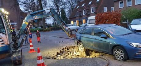 Zesde leidingbreuk in week tijd, auto belandt in sinkhole op Kerklaan in Hoogland