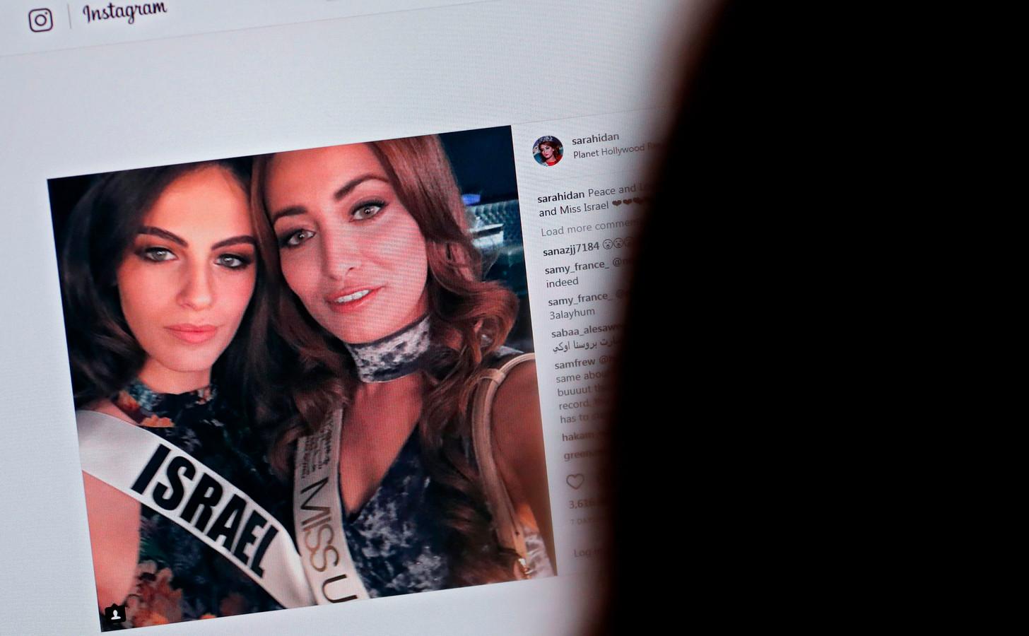 De selfie van miss Irak en miss Israël werd niet door iedereen in dank afgenomen.