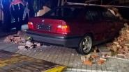 Twintiger ramt muur van parking restaurant