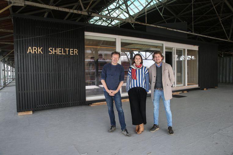 De mensen van Labland en Ark Shelter bij hun modulaire woning.