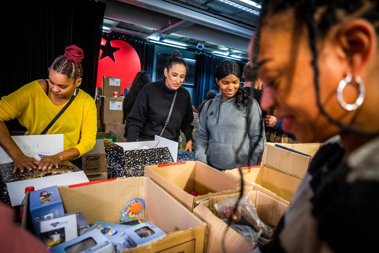20 december 2019, ouders die worden beticht van fraude met de kinderopvangtoeslag pakken kerstpakketten in voor lotgenoten. Beeld null