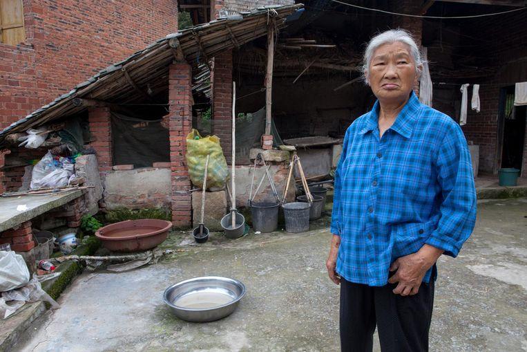 Bewoonster van Lijiachang. Ze is bang dat het drinkwater slechter van kwaliteit is geworden Beeld WassinkLundgren