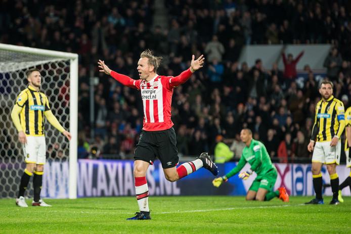 PSV-speler Siem de Jong juichend na de 1-0.