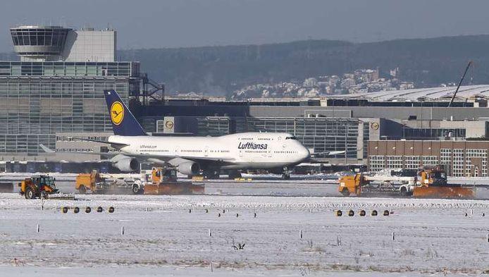 De hevige sneeuwval zorgt voor lange wachtrijen op de luchthaven van Frankfurt.