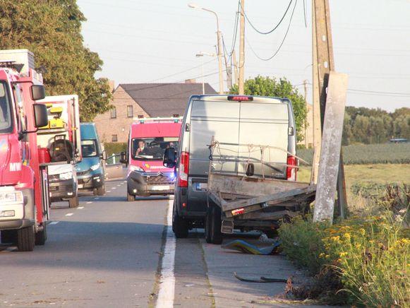 De lichte vrachtauto met aanhangwagen waar de tractor op stond.
