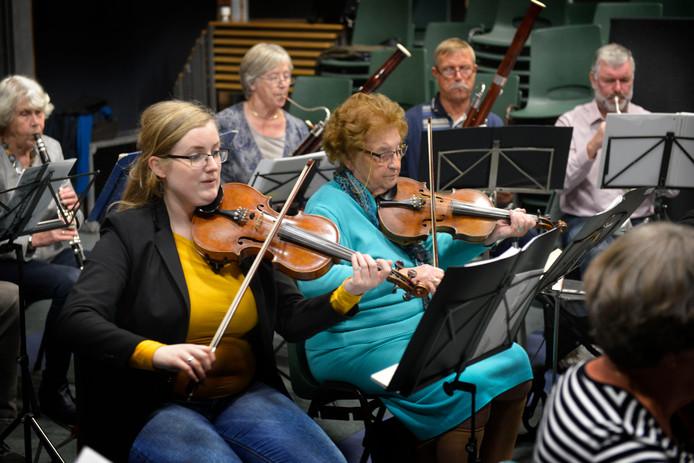 Mimi Kuiper-Bringsken (91) is al 72 jaar violist bij het symfonieorkest Elad. Naast haar de voorzitter en violist, Judith Baptista-Witmer (26).