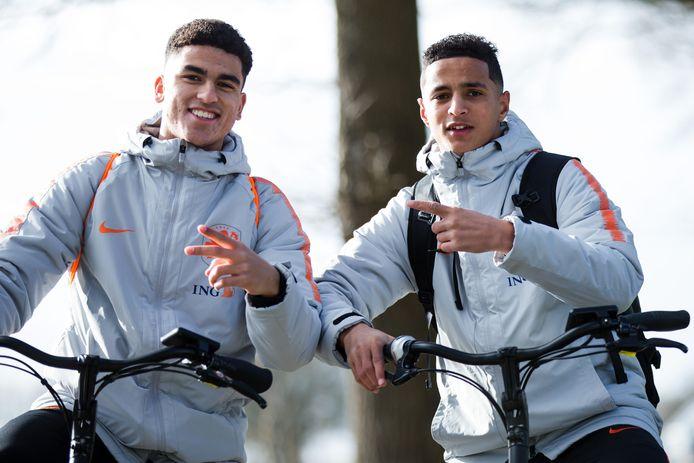 Mohamed Ihattaren met voormalig PSV-ploeggenoot Zakaria Aboukhlal, die nu voor AZ uitkomt.