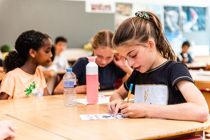 Kinderen aan het werk in de klas van de Zomerschool