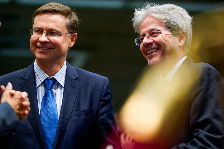 Commissaris Valdis Dombrovskis (economie) (l) en Paolo Gentiloni (euro) hebben politiek dynamiet in hun handen. Beeld Hollandse Hoogte / Isopix
