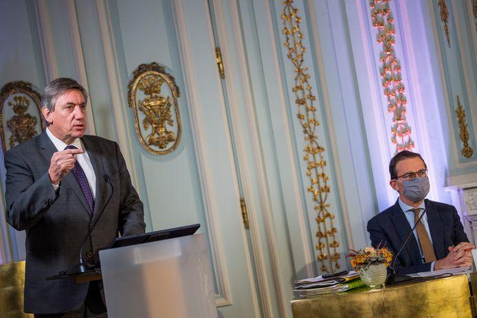 """Minister-president Jan Jambon (N-VA) en welzijnsminister Wouter Beke (CD&V) stelden het """"nooit geziene"""" sociale zorgakkoord voor."""