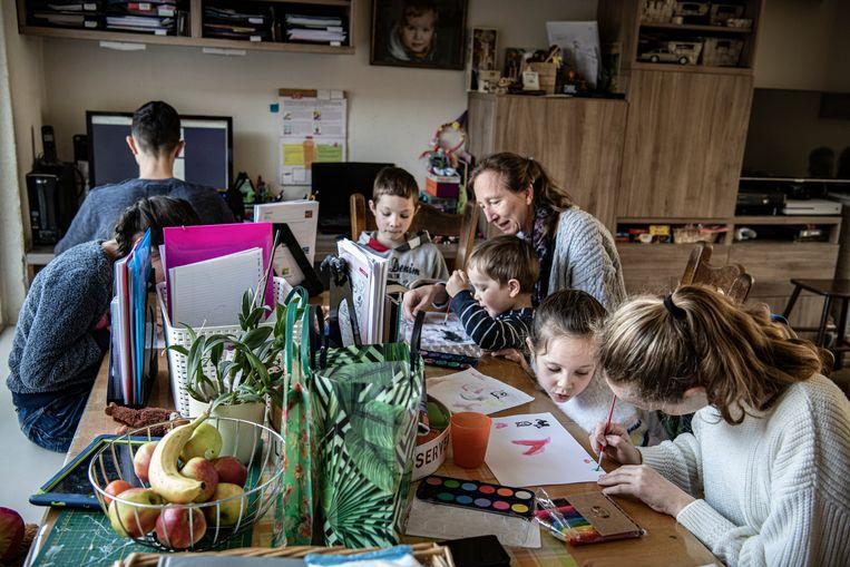 Dineke van der Pluijm (48) met een deel van haar kinderen aan de keukentafel. Vlnr: Ruth (10), David (14), Oscar (8), Frank (3), Leanne (6) en Esther (12). Beeld Koen Verheijden