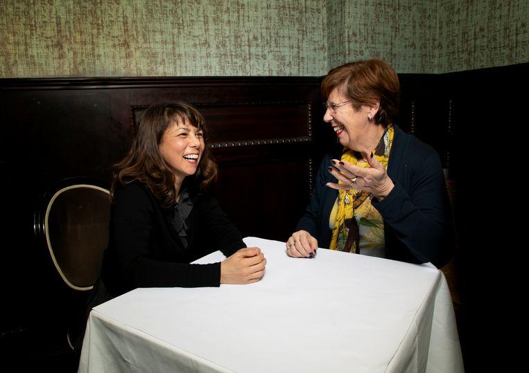 Mei Li Vos en Annemarie Jorritsma aan tafel in Brasserie Keyzer Beeld Judith Jockel