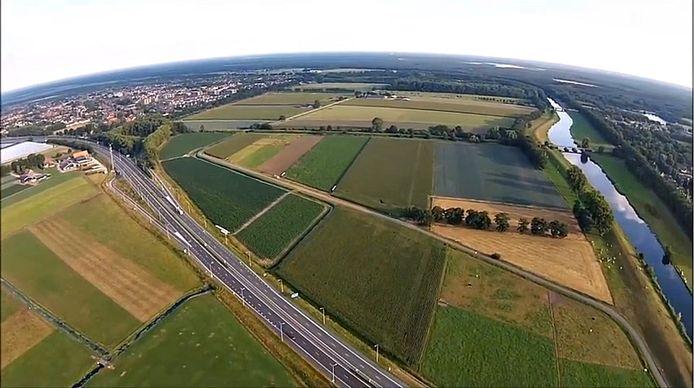 Een deel van de Baardwijkse Overlaat tussen Waalwijk en Drunen. Rechts het afwateringskanaal. De A59 loopt van midden onder naar links boven.