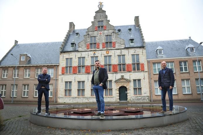 Ron Bouwman, Danny Boer en Michel van Dis (vlnr) voor de Sint Jorisdoelen in Middelburg