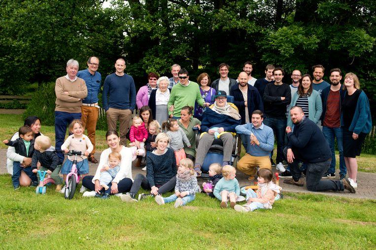 Hans (midden) tijdens zijn verjaardag in Inkendaal, omringd door familie en vrienden