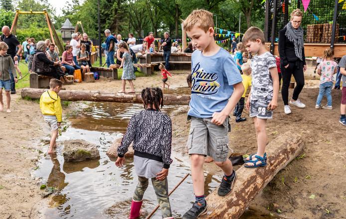 De ruim honderd aanwezige kinderen lieten er geen gras over groeien en namen meteen bezit van de 'Elckerbeek'.