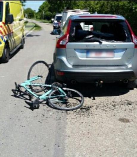 Wielrenner botst op stilstaande auto in Zierikzee