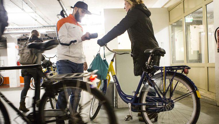 Bij de stalling van Station Amsterdam Amstel komt een OV-fiets terug Beeld Julius Schrank