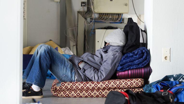Een uitgeprocedeerde asielzoeker in een gekraakt kantoorpand in Amsterdam-West. Beeld anp