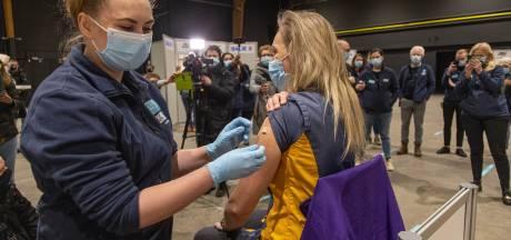 Deventer verpleegkundige Gerlinde (37) krijgt als eerste coronaprik bij GGD IJsselland: 'Geen moment getwijfeld'