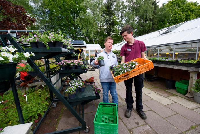 Open dag Pimpernel, Mike (links) is een van de cliënten (medewerkers) die de kwekerij tip top in orde hebben gebracht voor de open dag