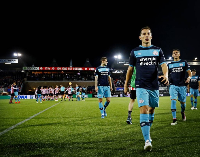 Spelers van PSV, met voorop Andrés Guardado, druipen af na de bekernederlaag dinsdag bij Sparta in Rotterdam. foto Pim Ras