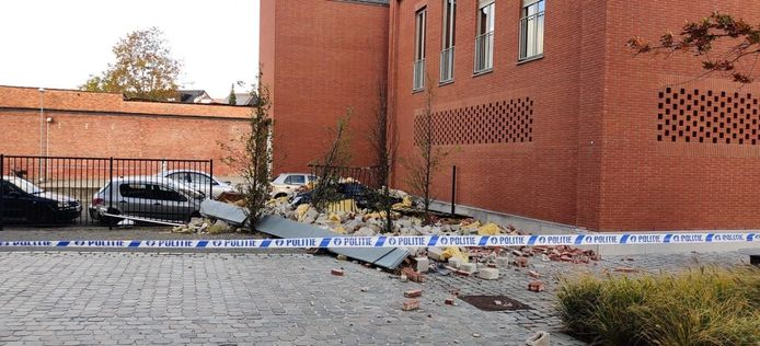 De gevel van het politiekantoor kwam naar beneden door de felle windstoot. De schade is aanzienlijk.