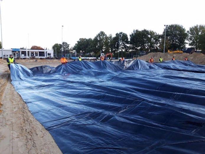 Bij de hockeyclubs in Drunen en Vlijmen is donderdag waterdichte folie aangebracht, die als ondergrond dient voor de nieuwe watervelden.