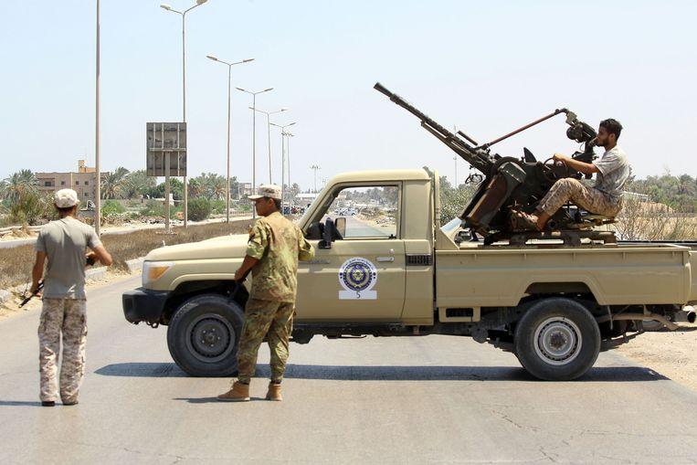 Libische veiligheidsdiensten aan een wachtpost 170 kilometer ten oosten van Tripoli op 23 augustus 2018.