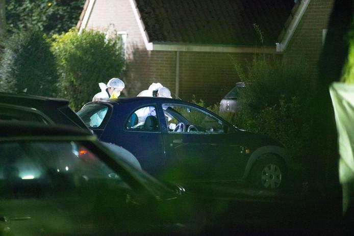 De technische recherche doet onderzoek bij de auto waarin Ronald Bakker werd doodgeschoten.