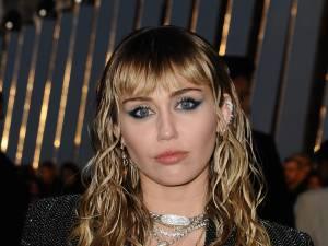 Miley Cyrus aperçue dans les bras d'une femme