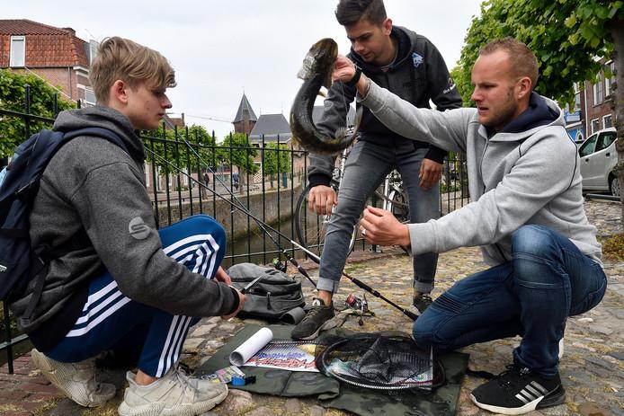 Jeroen Hoving van Vischlust worstelt met een zojuist gevangen vis van 37,5 centimeter. De hengelsportvereniging uit Kolhorn legde in Amersfoort beslag op de eerste prijs.