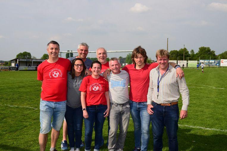 Filip(rechts) met enkele vrijwilligers tijdens de voetbalhappening