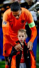 Fieke (7) krijgt het jack van Virgil van Dijk voor Nederland - Frankrijk.