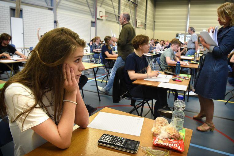 Eindexamen wiskunde op het vwo van het Dr. Mollercollege in Waalwijk. Beeld Marcel van den Bergh / de Volkskrant