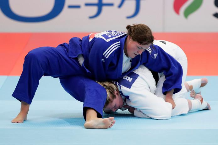 Tessie Savelkouls (blauw) tijdens haar eerste ronde wedstrijd van het WK tegen Sarah Adlington.