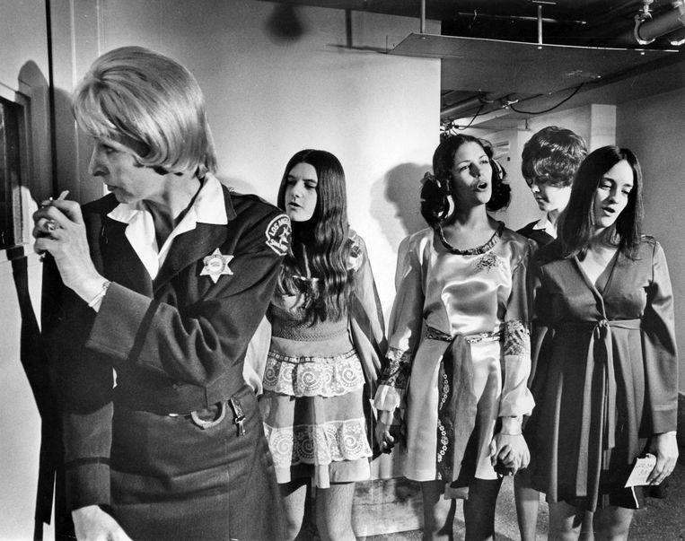 Drie vrouwelijke leden van de Manson Family na hun arrestatie in 1970: Patricia Krenwinkle, Leslie Van Houten en Susan Atkins.
