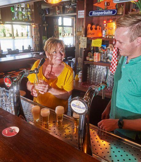 Eigenaar onder het mes, klanten nemen café zes weken over: 'Ze moeten niet meer drinken dan klanten'